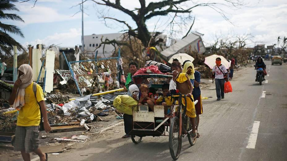 O forte cheiro de decomposição dos cadáveres tomou a cidade filipina de Tacloban, onde milhares de sobreviventes sofrem com a falta de alimentos e de água