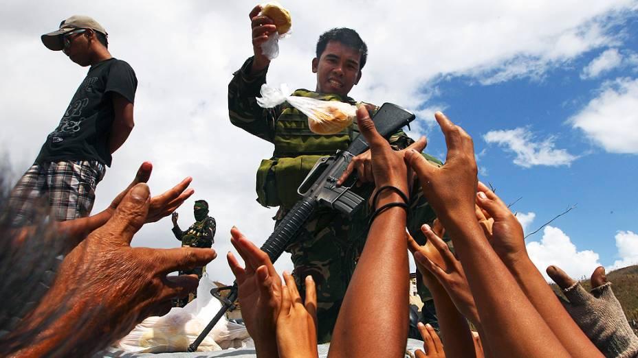 Sobreviventes do tufão Haiyan entraram em pânico nesta quinta-feira (14) por causa da falta de água, comida e remédios
