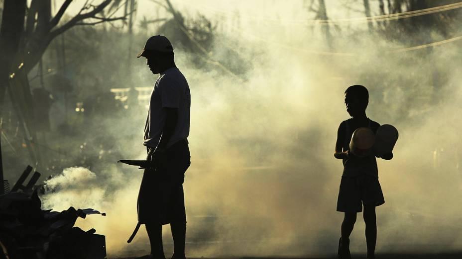 Sobreviventes queimam pertences destruídos pelo tufão Haiyan, nesta segunda-feira (18), em Balangiga, nas Filipinas