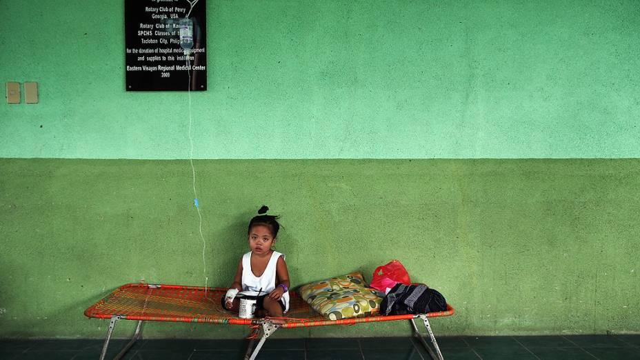 Sobrevivente do supertufão Haiyan recebe medicação em um hospital em Leyte, nas Filipinas
