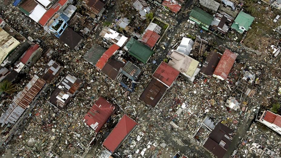 Vista aérea mostra a devastação causada pela passagem do supertufão Haiyan em Tacloban, na ilha de Leyte