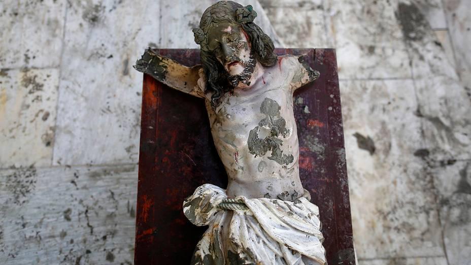 Estátua de Jesus Cristo danificada, que foi recuperada dos escombros é colocada em uma igreja em uma área destruída pelo supertufão Haiyan em Tacloban, nas Filipinas