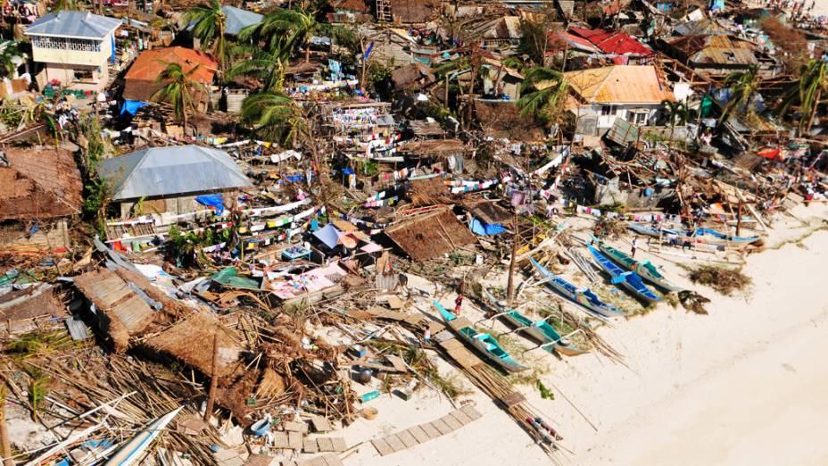 Vista aérea mostra a devastação causada pela passagem do supertufão Haiyan em comunidades costeiras, em Iloilo na região central das Filipinas