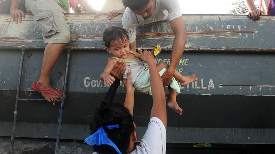 Moradores tentam voltar para suas casas, afetadas pela passagem do supertufão Haiyan em Tacloban, nas Filipinas