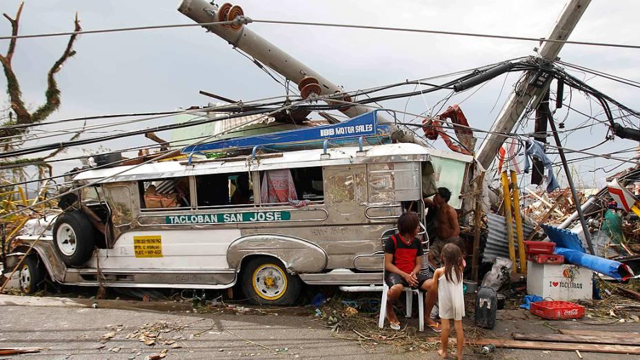 Sobreviventes que perderam suas casas usam um ônibus público como abrigo em Tacloban, região central das Filipinas