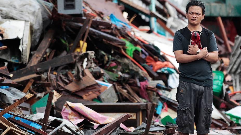 Morador olha casas danificadas pelo tufão Haiyan, na cidade de Tacloban, na região central das Filipinas