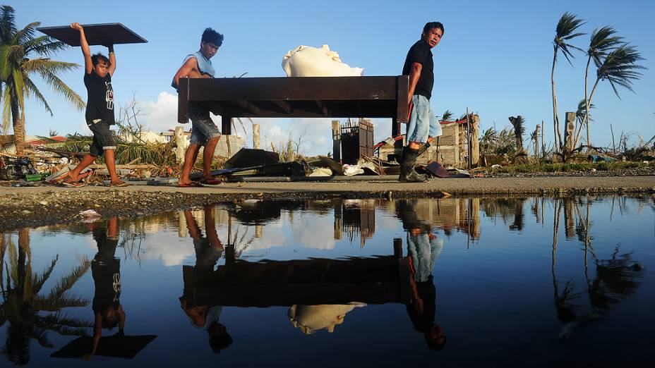 Moradores retiram objetos de um hotel em Palo, ilha oriental de Leyte, nas Filipinas após a passagem do supertufão Haiyan