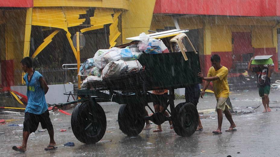 Moradores usam carroças para carregar seus pertences na cidade de Tacloban, região central das Filipinas
