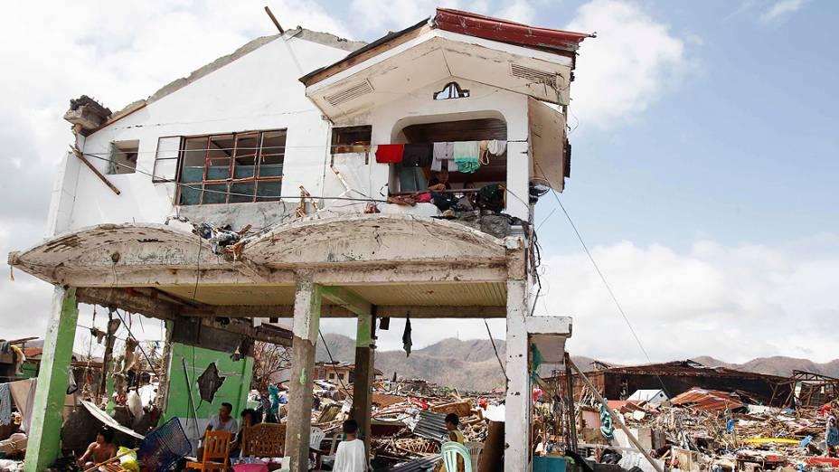 Sobreviventes permanecem em suas casas destruídas em Tacloban, região central das Filipinas