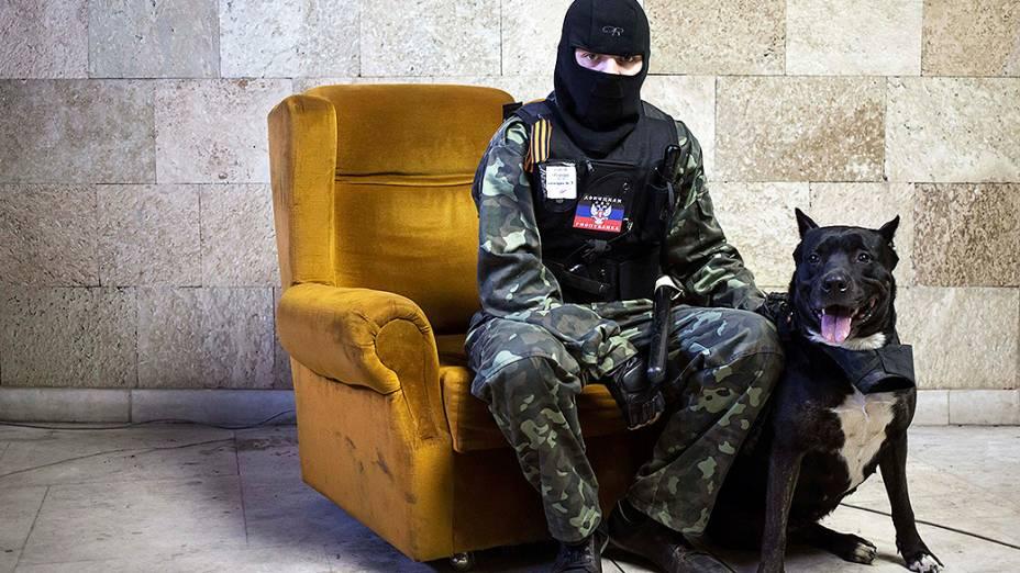 Militante pró-Rússia mascarado posa para foto dentro de prédio do governo regional invadido em Donetsk, leste da Ucrânia