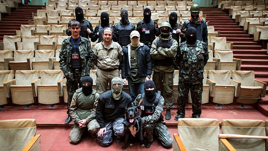Militantes pró-Rússia mascarados posam para uma foto dentro de um prédio do governo regional em Donetsk, leste da Ucrânia