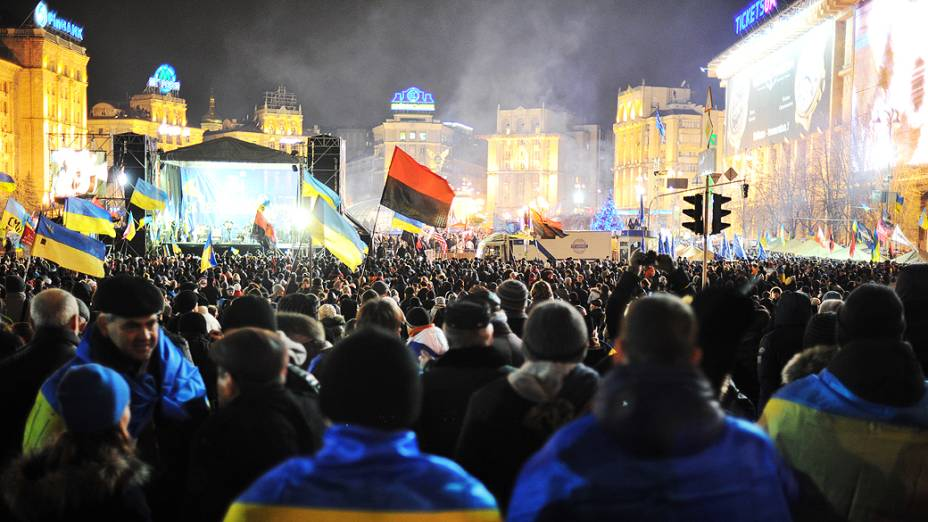 Manifestantes agitam bandeiras, durante um concentracão a favor integração do país à União Europeia, na Praça da Independência, em Kiev