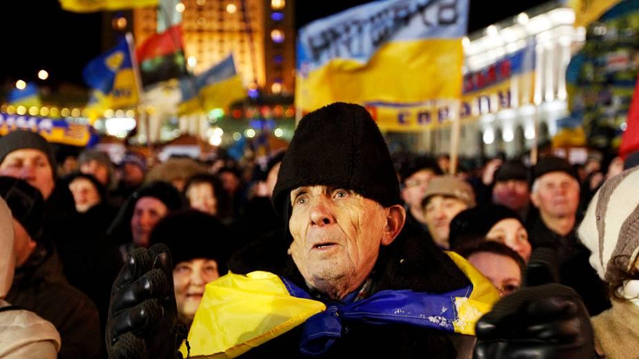 Manifestantes pró-União Europeia, acompanham reunião do partido de oposição ucraniano na Praça da Independência, em Kiev