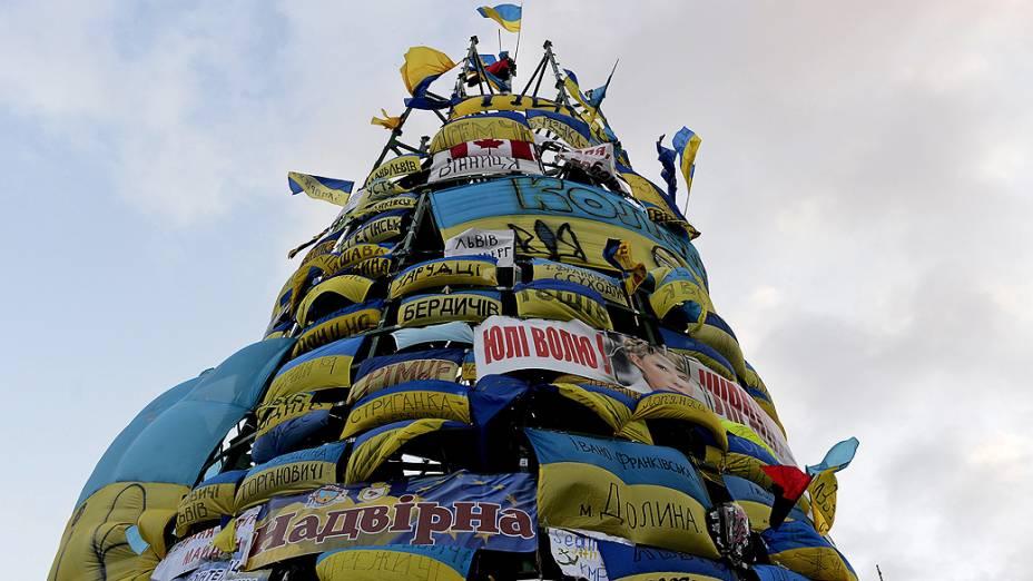 Manifestantes cobrem uma árvore de Natal com bandeiras e mensagens a favor integração do país à União Europeia, na Praça da Independência, em Kiev