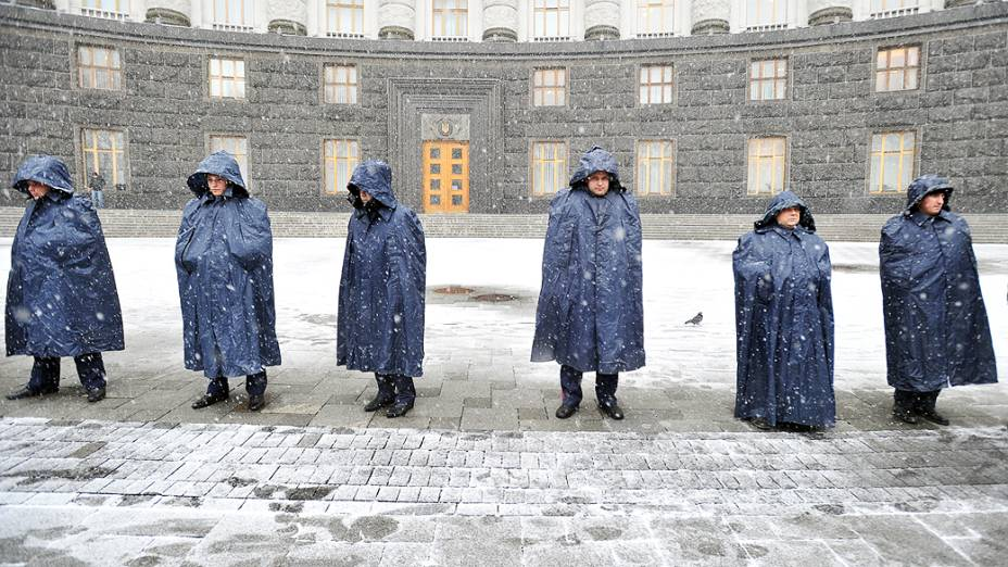 Policiais  guardam a entrada do prédio do governo em Kiev para impedir a entrada de manifestantes que protestam contra a decisão do presidente Viktor Yanukovych, de suspender um acordo comercial com a União Europeia