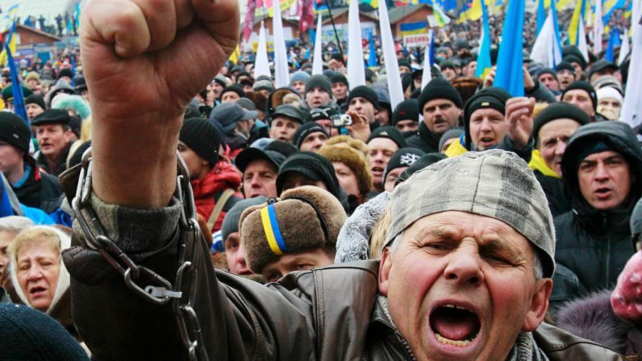 Manifestação a favor da integração da Ucrânia à União Europeia levou milhares de pessoas à Praça da Independência, no centro de Kiev