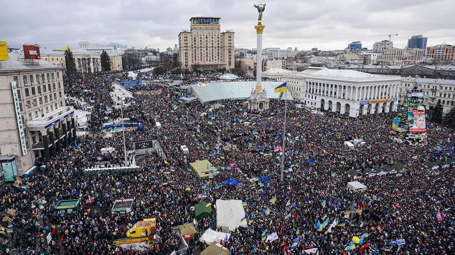 Manifestantes que defendem acordo com a União Europeia se reuniram durante um comício na Praça da Independência e na Kreshchatik, a principal rua de Kiev, Ucrânia