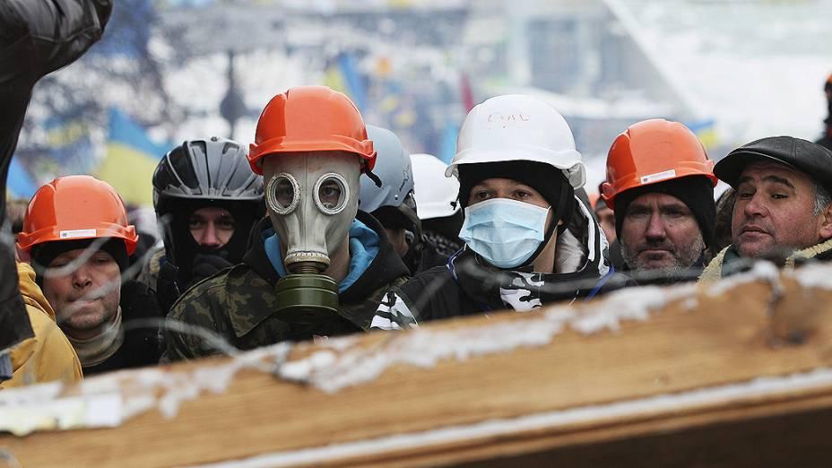 Manifestantes pró União Europeia protestam sobre uma barricada erguida em torno do palácio presidencial em Kiev, na Ucrânia