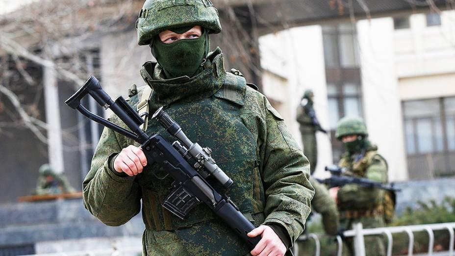 Homens armados patrulham ao redor do edifício do parlamento regional, na cidade de Simferopol, região da Crimeia