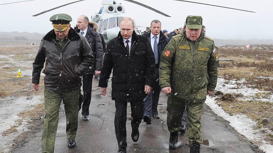 Presidente da Rússia, Vladimir Putin, acompanhado do ministro da Defesa, Sergei Shoigu, a caminho do local de realização de exercícios militares em Kirillovsky, na região de Leningrado