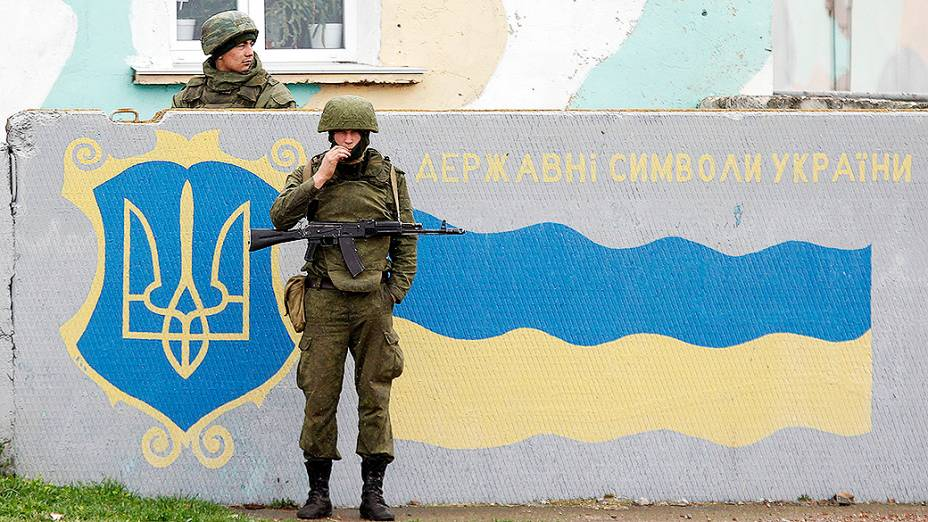Militares russos montam guarda no Aeroporto Internacional da cidade de Sebastopol, na região da Crimeia, Ucrânia