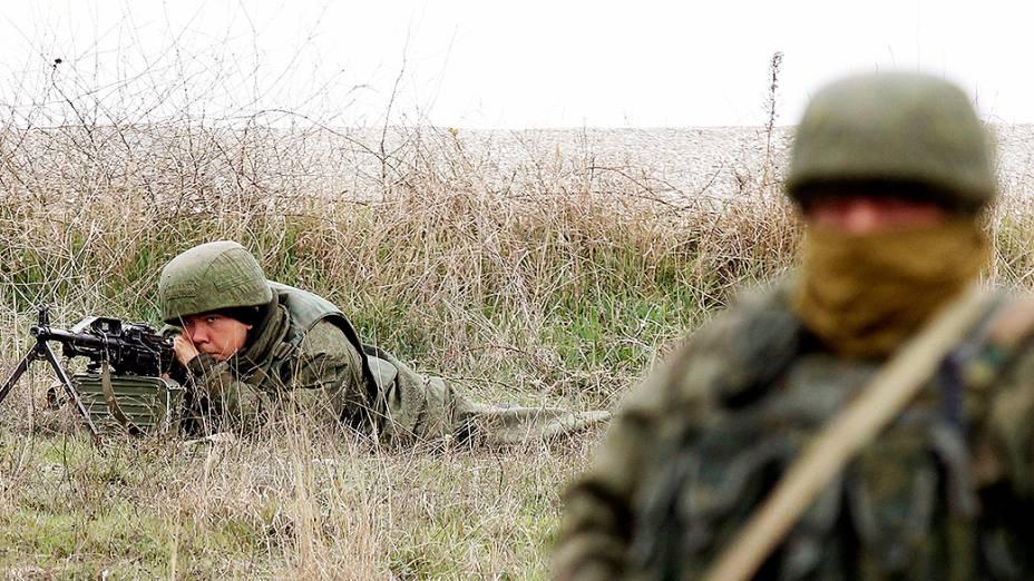 Militares russos montam guarda no Aeroporto Internacional de Sebastopol, na região da Crimeia, Ucrânia