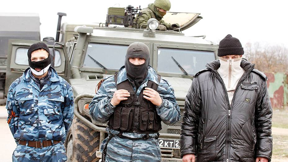 Militares e ativistas pró-Rússia foram vistos no aeroporto de Sebastopol, na região da Crimeia, Ucrânia