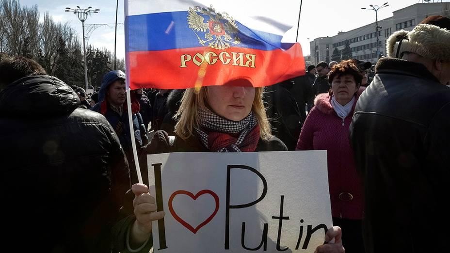 Manifestantes pró-Rússia participam de um comício no centro da cidade ucraniana de Donetsk
