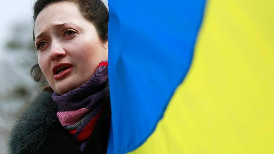 Manifestante pró-Ucrânia com a bandeira do país, durante um comício na cidade Simferopol contra a intervenção russa na Crimeia