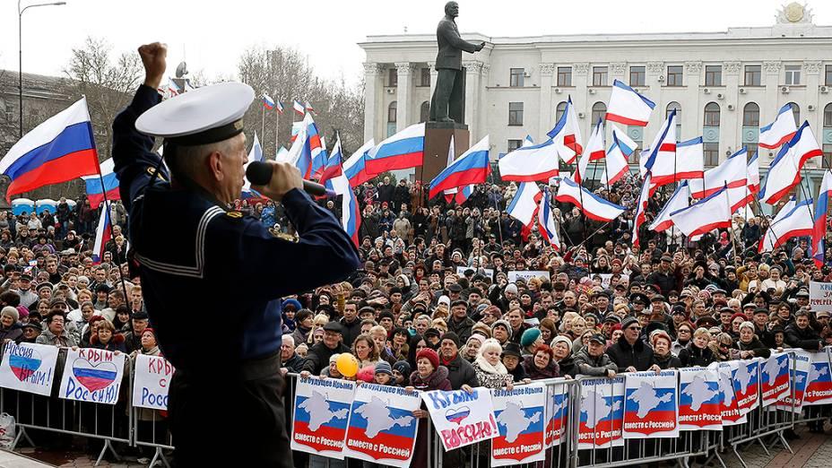 Manifestantes pró-Rússia participam de um comício na cidade de Simferopol, na região da Crimeia