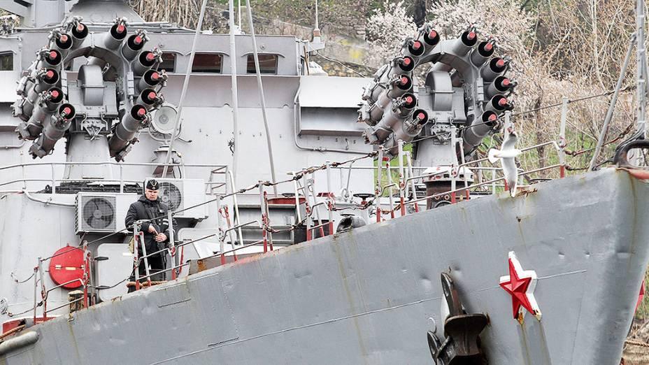 Militares russos montam guarda a bordo um navio da Marinha em Sebastopol, na Crimeia