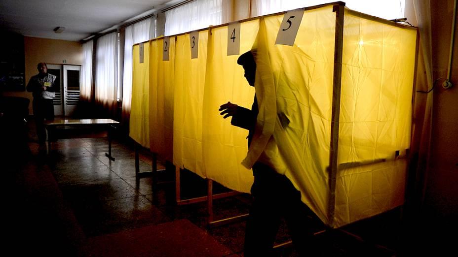 Homem deixa a cabine de votação após escolher se a Crimeia deve ou não se separar da Ucrânia, na Crimeia