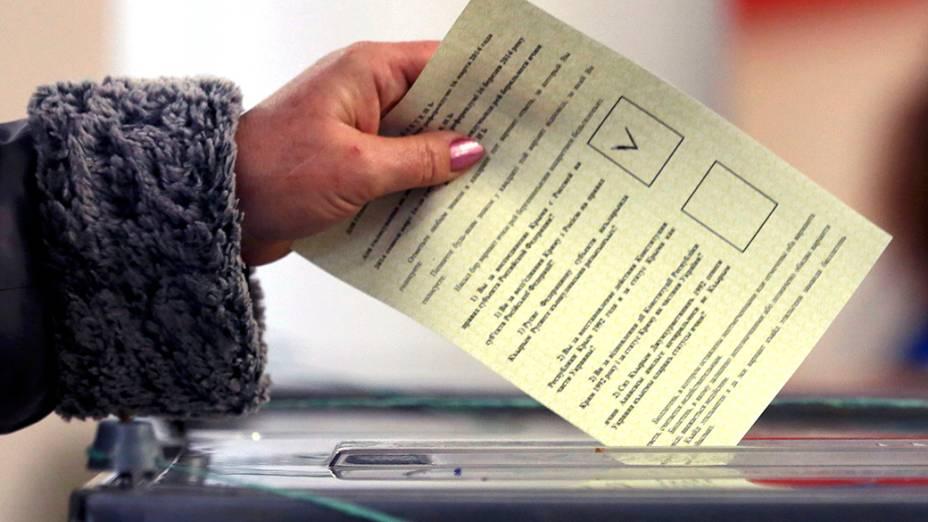 Mulher deposita seu voto em uma urna do referendo que irá decidir o futuro da Crimeia