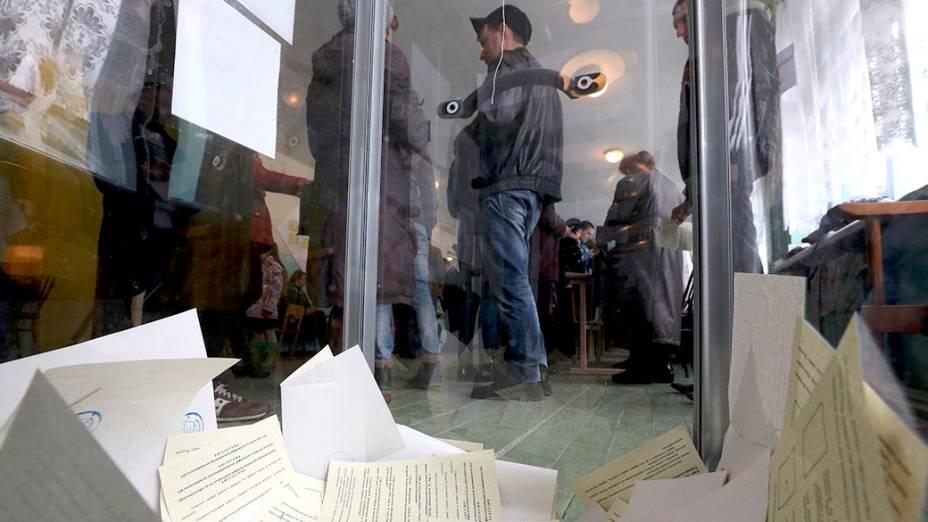Urnas são vistas com votos sobre o referendo que irá decidir o futuro da Crimeia