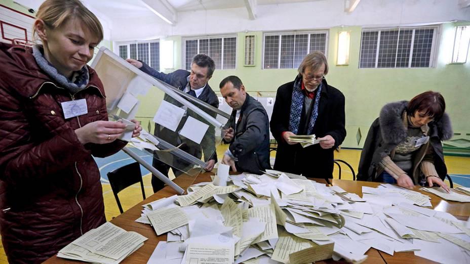 Oficiais começam a contagem dos votos do referendo da Crimeia, em Simferopol