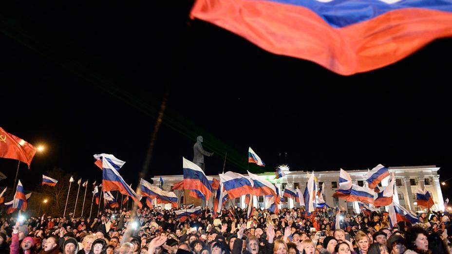 População comemora o resultado do referendo na Praça Lênin, em Simferopol, capital da Crimeia