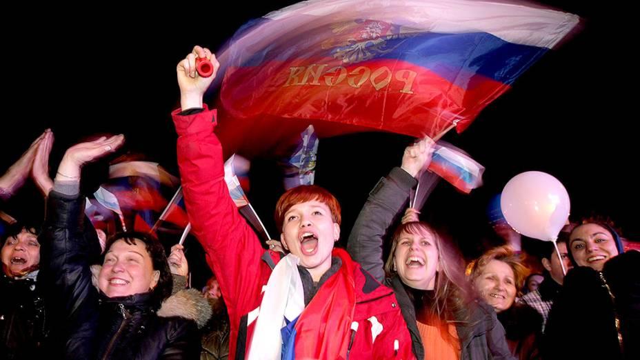 Povo da Crimeia comemora na Praça Lênin, em Simferopol, o resultado do referendo que anexa a Crimeia à Rússia