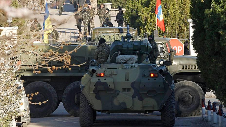 Veículo militar supostamente russo, é visto em frente a entrada da base aérea de Belbek, na Crimeia