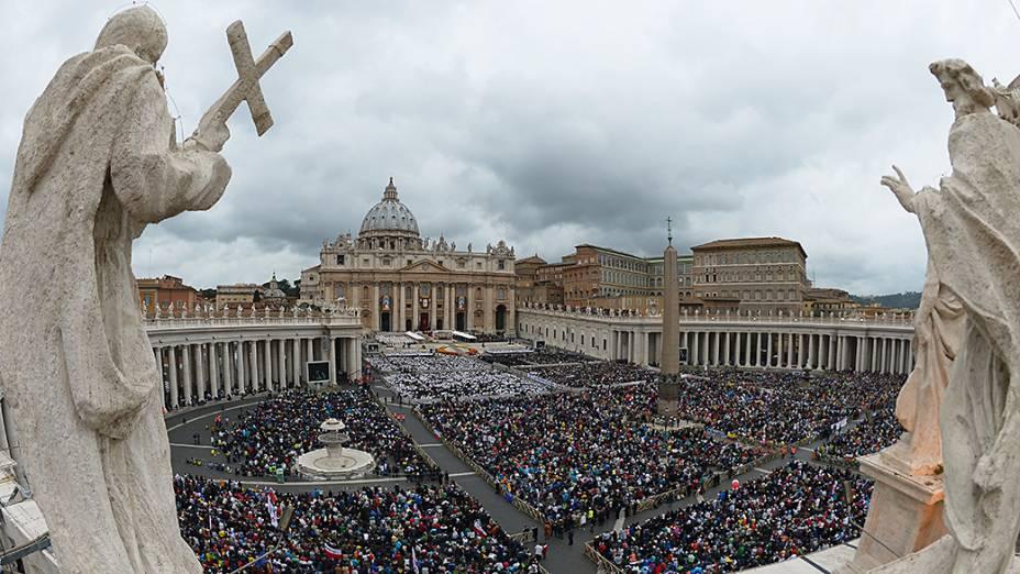 A Praça de São Pedro ficou tomada de fiéis que acompanharam a missa de canonização de João Paulo II e João XXIII