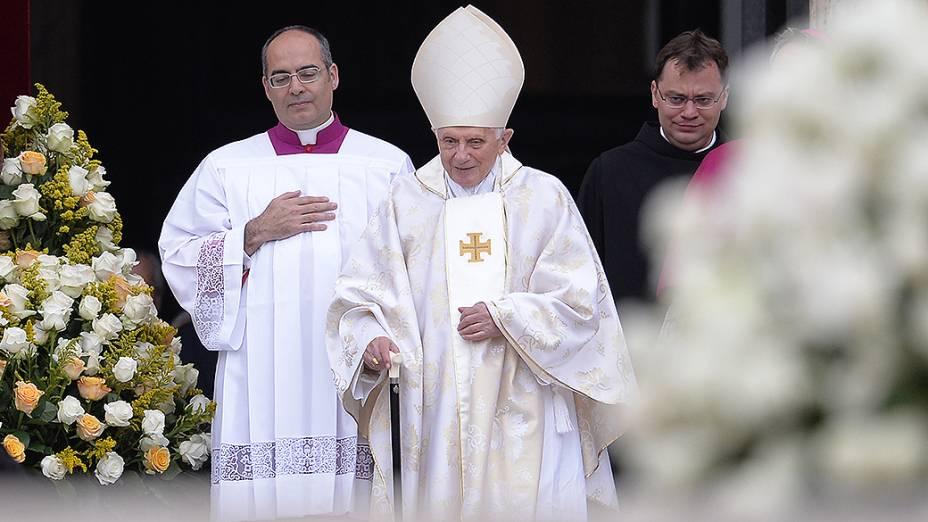 O papa emérito Bento XVI chega para a missa de canonização de João Paulo II e João XXIII