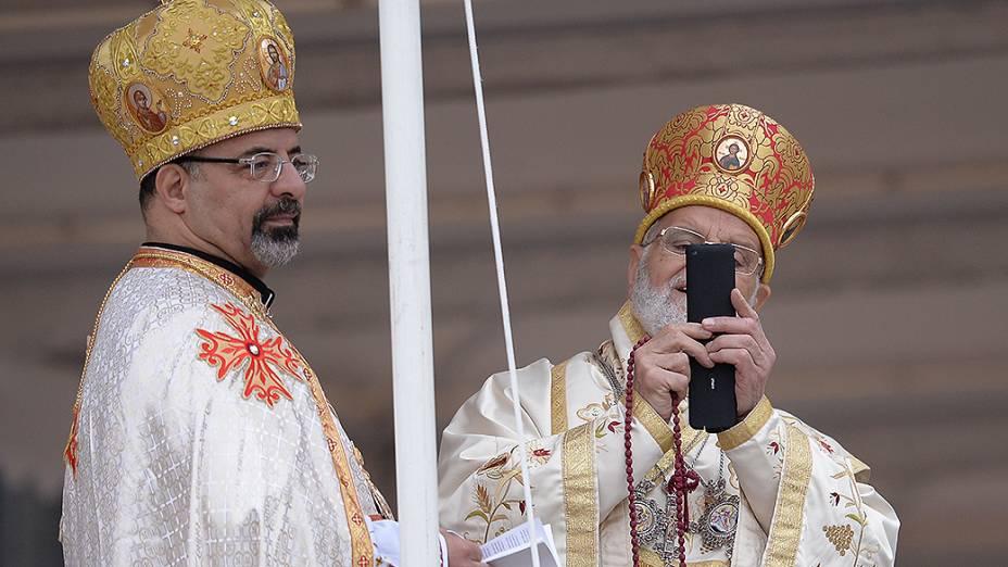 Padre tira foto antes da missa de canonização de João Paulo II e João XXIII
