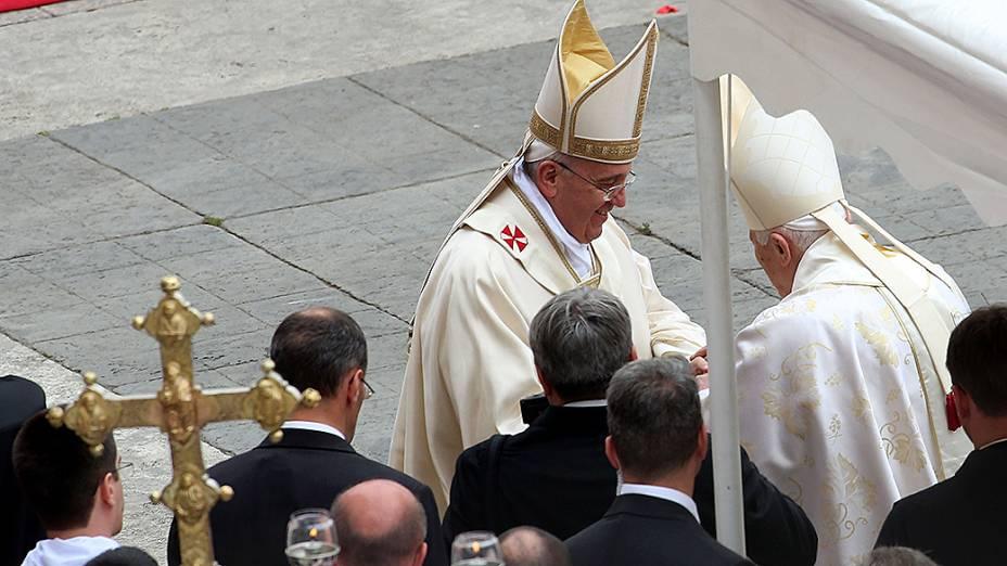 Papa Francisco saúda o papa emérito Bento XVI no final da missa de canonização de João Paulo II e João XXIII