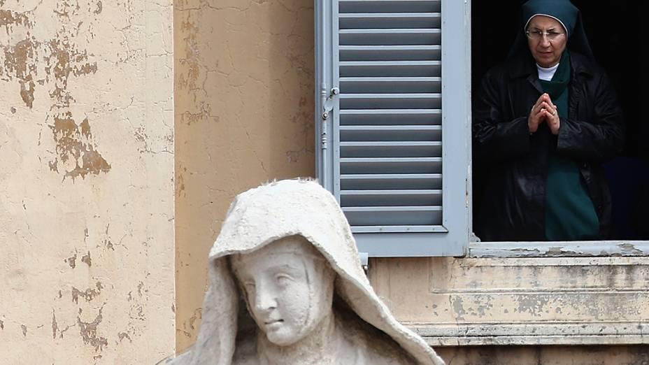 Freira acompanha da janela a missa de canonização de João Paulo II e João XXIII