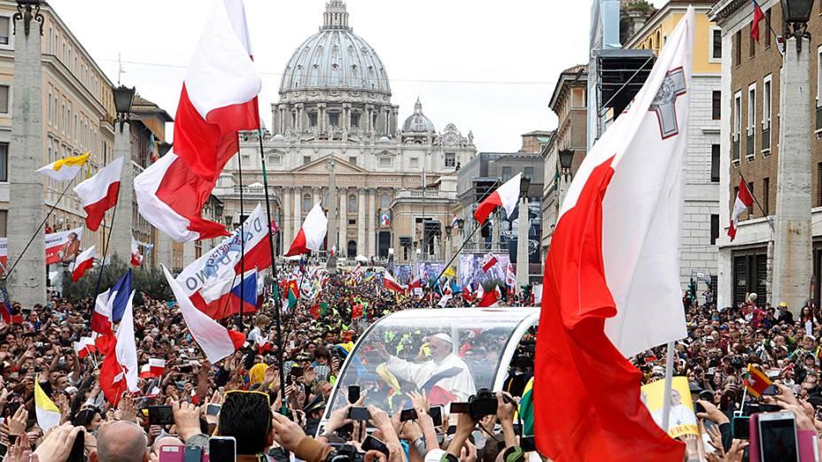 Papa Francisco saúda os fiéis reunidos na Praça de São Pedro, no Vaticano