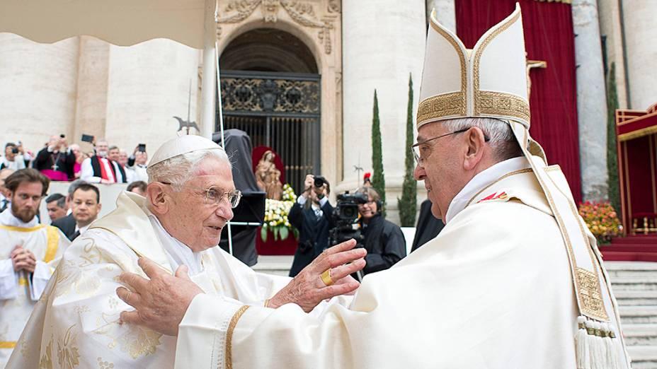Papa Francisco saúda o papa emérito Bento XVI antes da missa de canonização de João Paulo II e João XXIII