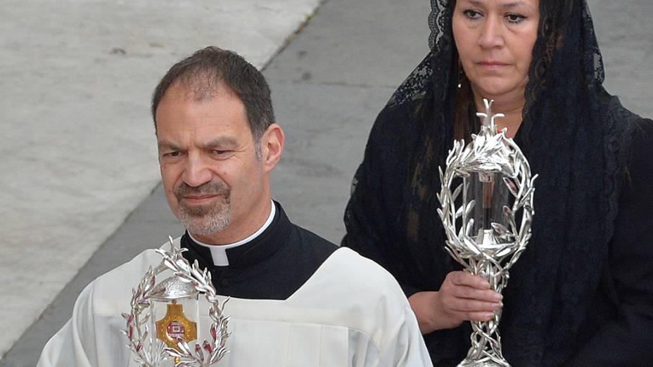 Padre conduz a relíquia de João XXIII acompanhado de Floribeth Mora com a relíquia de João Paulo II. A costa riquenha atribui à intercessão do falecido papa polonês, a cura de um aneurisma cerebral
