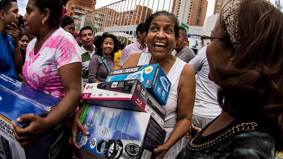 Centenas de venezuelanos lotaram as lojas da rede Daka em Caracas para comprar eletrodomésticos a preços reduzidos, neste sábado (09) após determinação do presidente Nicolás Maduro de que a rede havia sido alvo de intervenção e sancionada por aumentar seus preços de forma irregular