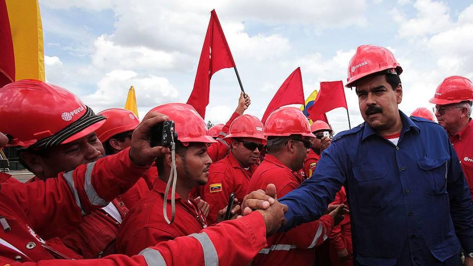 Presidente interino da Venezuela, Nicolás Maduro cumprimenta trabalhadores do petróleo, durante visita a uma instalação petrolífera na Faixa do Orinoco, no estado de Monagas, em 21/03/2013