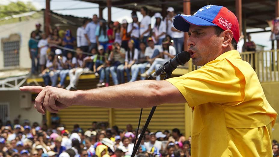 Enrique Capriles, candidato da oposição, discursa para seus adeptos durante visita ao Vale da Páscoa no Estado Guárico, em 21/03/2013