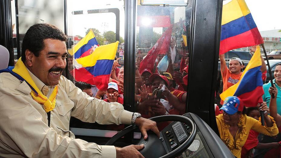 Ex-motorista de ônibus, Nicolás Maduro chega dirigindo um veículo deste tipo, durante visita ao estado de Zulia, em 22/03/2013